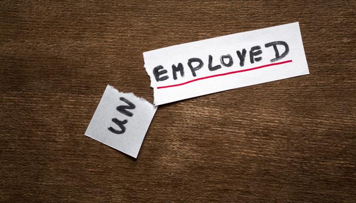 انخفاض مطالبات البطالة إلى أدنى مستوى لها في عام واحد