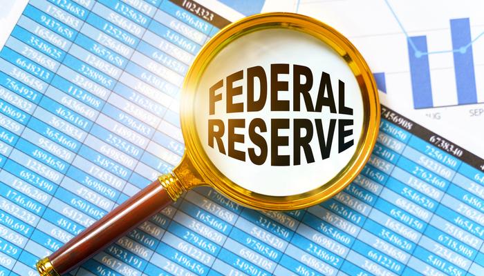الاحتياطي الفيدرالي يعلن عن عدم وجود تغييرات في السياسة النقدية؛ وسعر الدولار الأمريكي يضعف